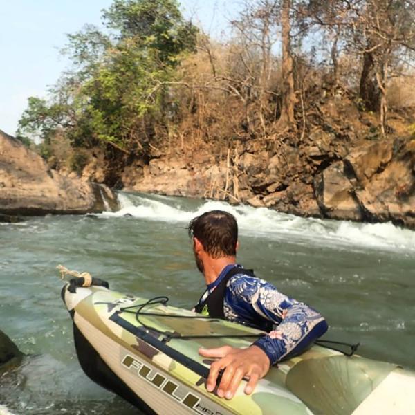 Un aventurier à l'assaut des chutes laotiennes !